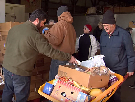 Hunters for the Hungry volunteers deliver venison and other foods to families in need. (Tennessee Wildlife Federation)