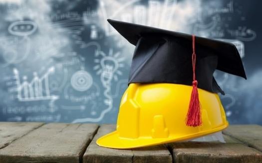 Los programas de aprendizaje basados en colegios comunitarios tienen una serie de ventajas, incluido el acceso a los recursos escolares. (BillionPhotos.com/Adobe Stock)