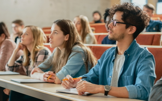 Una propuesta para ampliar los subsidios Pell a $ 400 ayudaría a pagar un curso adicional de tres créditos en un colegio comunitario público de dos años. (Stock de Adobe)