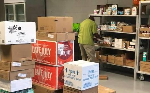 Los voluntarios almacenan estantes en SHARE Cooperative en Winston-Salem. (Facebook)<br />