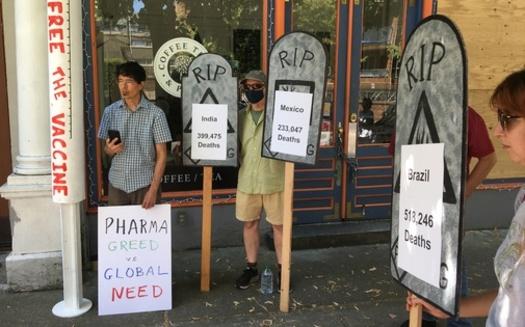 Protestantes se manifestaron frente a la Casa Alemana en Seattle durante el fin de semana. (Coalición de Comercio Justo de Washington)