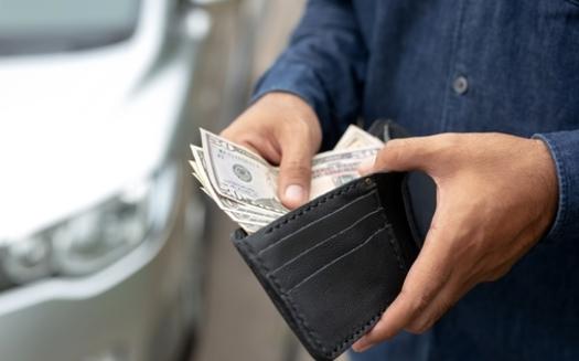 Antes de esta semana, las familias con niños obtuvieron una deducción en su declaración de impuestos por el Crédito Tributario por Hijo. Bajo la nueva ley, el dinero del crédito tributario se depositará directamente en las cuentas bancarias de las familias. (metafum / Adobe Stock)