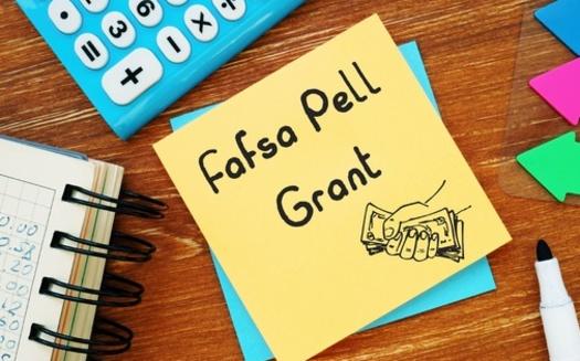 Aproximadamente la mitad de los padres y estudiantes de primera generación son beneficiarios de la Beca Pell. (Yurii Kibalnik / Adobe Stock)