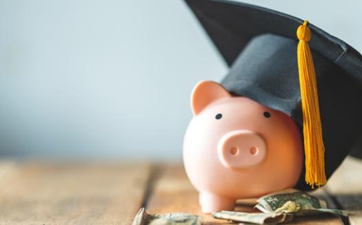 Un nuevo informe descubre que los hogares con muy bajos ingresos representan el 18% de todos los deudores con préstamos estudiantiles, pero solo el 6% son parte del plan de pago que depende de los ingresos. (mnirat / Adobe Stock)