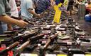 FOTO: Un 40 por ciento de las ventas de armas en Washington son entre particulares, sin verificar los antecedentes, entre individuos, en l�nea o en exhibiciones de armas como la de Texas, mostrada aqu�. S�lo una de las opciones sometidas a votaci�n en Washington en noviembre, la I-594, ampliar�a la verificaci�n de antecedentes. Cr�dito de la foto: Glasgows/Wikimedia Commons.