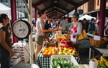 Groups are urging Ohio officials to establish social-distancing rules for the state's farmers' markets to keep them open during the COVID-19 pandemic. (Wikimedia Commons)