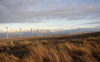 Oregon ranks sixth among states for installed wind capacity. A new national report citing lowest-ever prices for wind power could spark more investment in the industry. Credit: Umptanum/Wikimedia Commons.