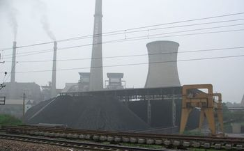 The use of coal by Chinese power plants fell by as much as 3.5% last year and looks likely to continue falling. Observers say the government there wants to clean its nortoriously dirty air. Photo by Tobias Brox/Wikimedia.