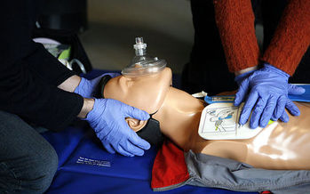 While formal training builds skills and confidence, the new CPR guidelines stress that a cellphone and a willingness to step in can save lives. Credit: Rama/Wikimedia Commons