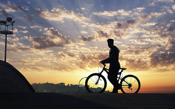 A Chicago-area bike safety group is urging nighttime riders to buy good-quality bike lights to stay safe and legal. Credit: Pixabay