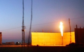 Oil flaring at a plant in Bakersfield. A new report finds millions of acres of public land in the West are tied up in unused oil and gas land leases. (Chris Jordan-Block/Earthjustice)