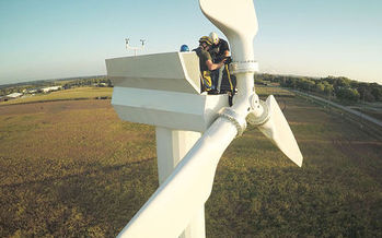 Report calls for updated local regulations for wind-energy development. (Courtesy: Wikimedia Commons)