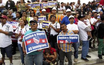 Latinos se manifiestan ante el Capitolio de Washington, D.C., para exigir reforma migratoria. (coast-to-coast/iStockphoto)