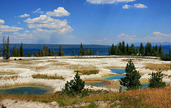 Tips to avoiding crowds at Yellowstone include visiting less-traveled boardwalks such as the West Thumb Geyser Basin. (Brocken Inaglory/Wikimedia Commons)