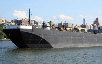 Barges carry volatile Bakken crude oil down the Hudson River to New Jersey refineries.  (Mr.Choppers/Wikimedia Commons)