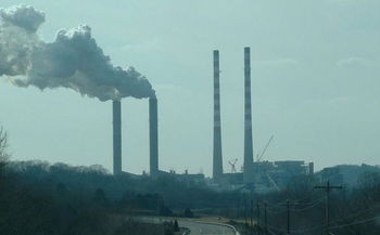 Industrial energy efficiency alone could reduce carbon emissions by 175 million tons a year in 2030. (Riffsyphon1024/Wikimedia Commons)