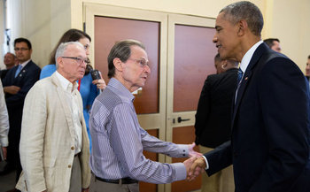 Saul Berenthal, a Cuban-American entrepreneur, meets President Barack Obama during a visit to Cuba. (S. Berenthal)