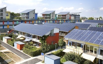 Community solar can help low-income New Yorkers get all the benefits of clean energy. (Andrewglaser/English Wikipedia)