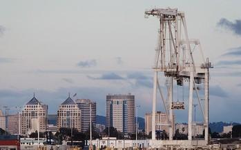 Los estudios indican que las emisiones de diesel son 90 veces m�s altas en las inmediaciones del Puerto de Oakland, en �West Oakland�, que el promedio estatal. (Chris Jordan-Block/Earthjustice)