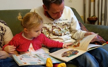Experts suggest younger children should read for at least 15 minutes a day during the summer to stave off summer loss. (dassel/Pixabay)