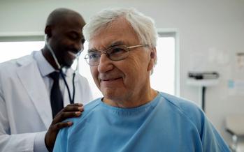 La gente mayor de 50 a�os est� viendo significativos aumentos en el costo de las primas o recortes en la m�s reciente versi�n del plan del Senado de los EE.UU. para revisar los seguros m�dicos. (Hero/GettyImages)