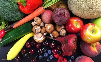 Experts recommend adding colorful foods, such as blueberries and carrots, which are high in nutrition and rich in antioxidants, to daily diets for better health. (Pixabay)