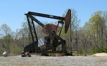 Researchers say nearly half of all known U.S. oil reserves are dependent on subsidies. <br />(Natalie Maynor/Flickr)