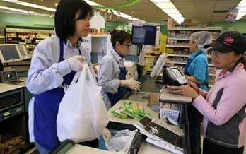 The Texas Supreme Court will decide later this year whether Texas cities can legally ban grocery stores and other retailers from offering single-use plastic bags. (Sullivan/GettyImages)