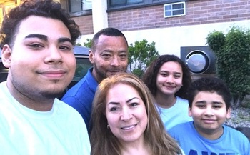 Nelson Omar Rosales Santos, center, his wife and three children. (Photo courtesy the Rosales Santos family)
