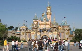Disneyland y los Estudios Universal est�n entre las grandes empresas que se benefician de la Prop 13 de California, al pagar impuestos con tasas anteriores a 1978 sobre algunas de sus propiedades. (Wikimedia Commons)