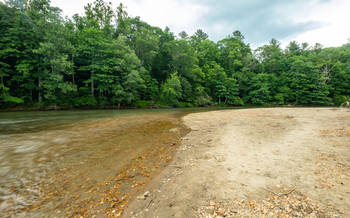 A bend of the New River provides an opportunity for beach access for people in Western North Carolina. (New River Conservancy)