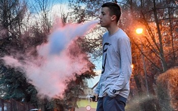 With flavors like bubble gum and cotton candy, health experts believe e-cigarettes are specifically marketed to appeal to young people. (1503849/Pixabay)