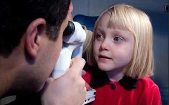Un examen de los ojos hecho por un oftalm�logo pediatra es el primer paso para los padres de peque�os, para detectar cualquier d�ficit visual. (NationalEyeInstitute/NIH)