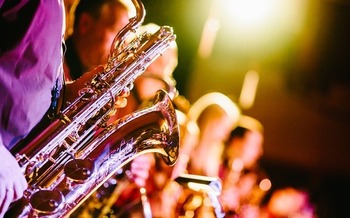 Whether it's jazz, country or rock and roll, experts say live music improves mental health and could even add years to a person's life. (Free-Photos/Pixabay)