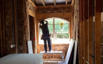 A new program in Hazard, Ky., will offers paid on-the-job training in housing construction to people in recovery from substance abuse. (@reinasierra/Twenty20)