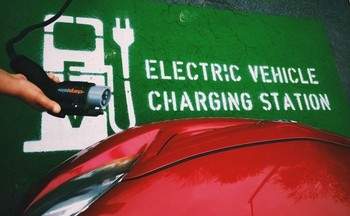 Increased consumer adoption of electric vehicle technology is boosting clean car job growth. (@doondevil/Twenty20.com)
