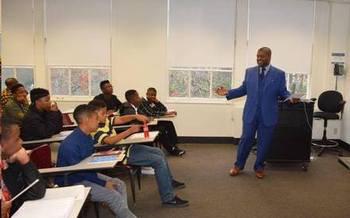 Varias investigaciones indican que la presencia de maestros varones Afro-Americanos en las escuelas mejora la proporci�n de graduados entre sus estudiantes Negros. (Shaitra Ken)