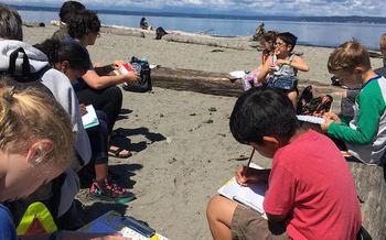 El aprendizaje de verano podr�a ayudarles a cerrar la brecha de logros a los estudiantes de bajos ingresos que t�picamente no tienen acceso a programas de verano. (Greater Seattle Bureau of Fearless Ideas)