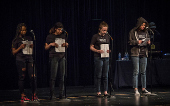 """El programa de Tacoma """"Write 253"""" para después de clases ayuda a los estudiantes a prepararse para la competencia de poesía en equipo para después de clases Más Fuerte que una Bomba - """"Louder Than a Bomb"""". (Johnny Schuler)"""