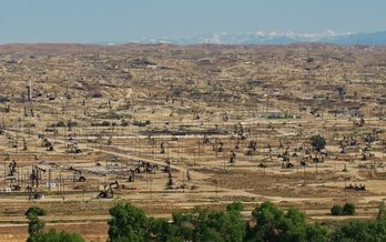 Bakersfield's large oil fields contribute to poor air quality that plagues the region. (Mark Rose/National Parks Conservation Assoc.)