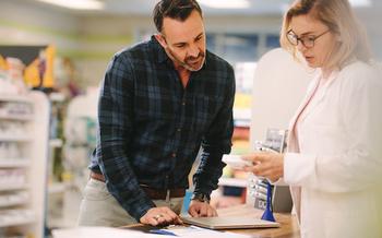 La gente puede pedirle a sus farmacéuticos locales que revisen junto con ellos las medicinas que estén tomando. (Jacob Lund/Adobe Stock)