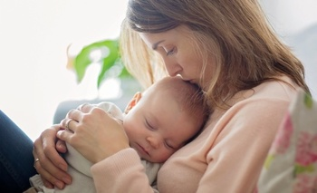 Policy analysts say paid parental-leave policies would benefit new moms and their infants. (AdobeStock)