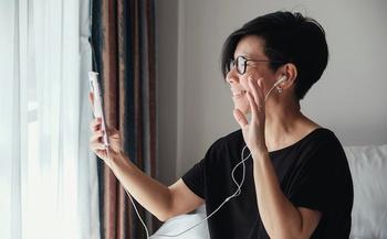 Los profesionales de la salud dicen que es importante mantener las relaciones sociales por ejemplo vía telefónica, mientras dure el aislamiento por el COVID-19 (sewcream/Adobe Stock)<br />