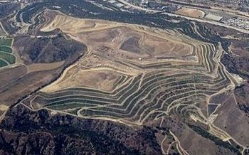 Puente Hills landfill in the Los Angeles area is the largest waste dump in America. (Britta Gustafson/ Wikipedia)