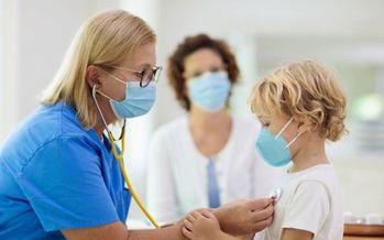 Los defensores de la atención a la salud temen que las bajas en la cobertura de niñas y niños puedan empeorar por la pandemia. (Adobe Stock).