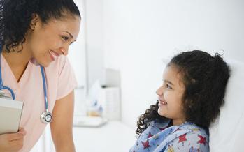 En 2019, 2.3% de las niñas y los niños latinos en New York carecían de seguro de la salud, comparado con el 9.2% a nivel nacional. (JGI/Jamie Grill/Blend Images/Adobe Stock)