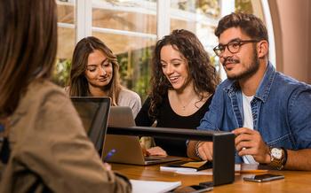 Casi 3.5 millones de Latinos están inscritos en colegios y universidades en todo el país. (ikostudio/Adobe Stock)