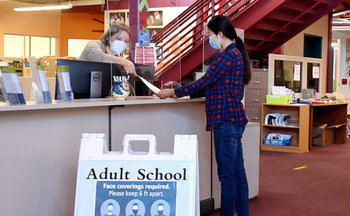 Marina Kravtsova ayuda a los estudiantes a inscribirse en la Escuela de Adultos de San Mateo, de donde se graduó. (Shellye Chen)