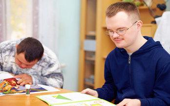 Según CDC, los adultos con discapacidades informan experimentar angustia mental frecuente casi cinco veces más que los adultos sin discapacidades. (Adobe Stock)