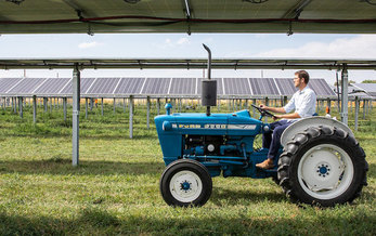Jack's Solar Garden in Boulder County offers tours to visiting farmers and local schools to help cultivate the next generation of agrivoltaic farmers. (NREL)